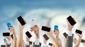 Groupe de personnes avec les mains augmentées Media mélangé photographie stock libre de droits