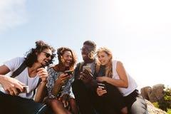 Groupe de personnes ayant l'amusement leurs vacances Photo libre de droits