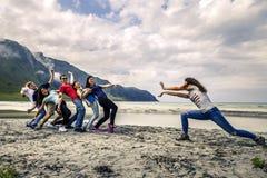 Groupe de personnes ayant l'amusement sur la plage de la Norvège Photos stock