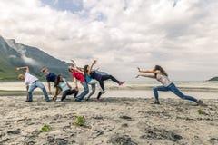 Groupe de personnes ayant l'amusement sur la plage de la Norvège Images stock