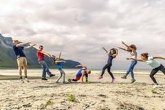Groupe de personnes ayant l'amusement sur la plage de la Norvège Image stock