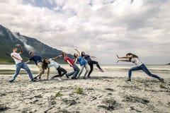 Groupe de personnes ayant l'amusement sur la plage de la Norvège Images libres de droits