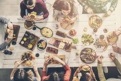 Groupe de personnes ayant le repas ensemble image libre de droits
