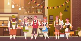 Groupe de personnes bière de boissons dans la célébration de partie d'Oktoberfest de barre Images libres de droits