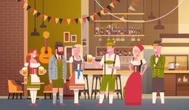 Groupe de personnes bière de boissons dans la célébration de partie d'Oktoberfest de barre Photos stock