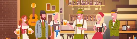 Groupe de personnes bière de boissons dans la célébration de partie d'Oktoberfest de barre Photographie stock libre de droits