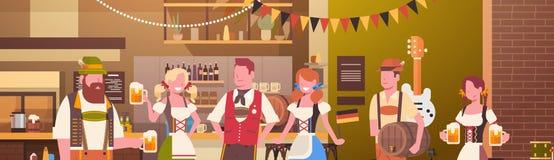 Groupe de personnes bière de boissons dans la célébration de partie d'Oktoberfest de barre Photo libre de droits