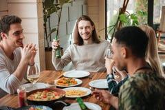 Groupe de personnes bière et vin potables au dîner Photographie stock libre de droits