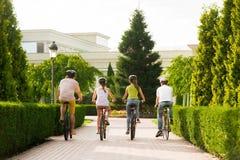Groupe de personnes bicyclettes de monte, vue arrière Photographie stock libre de droits