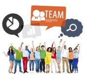 Groupe de personnes bras augmentés avec des bulles de la parole Image libre de droits