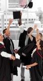 Groupe de personnes célébrant leur graduation image stock
