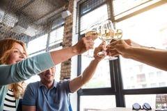 Groupe de personnes champagne potable Image stock