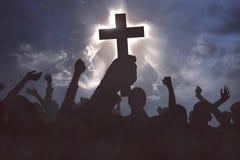Groupe de personnes chrétiennes priant au Jésus-Christ image stock