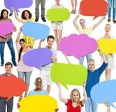 Groupe de personnes communiqué avec des bulles de la parole Photographie stock libre de droits