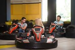 Groupe de personnes conduisant la course de Karting de kart image stock