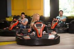 Groupe de personnes conduisant la course de Karting de kart photographie stock
