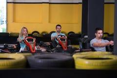 Groupe de personnes conduisant la course de Karting de kart images libres de droits