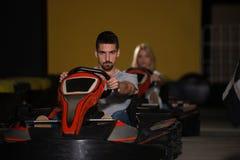 Groupe de personnes conduisant la course de Karting de kart photo stock