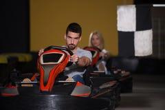 Groupe de personnes conduisant la course de Karting de kart images stock