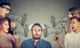 Groupe de personnes criant dans des mégaphones au type effrayé images libres de droits