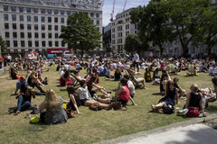Groupe de personnes détendant sur leur pause de midi Photos libres de droits