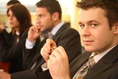 Groupe de personnes d'affaires à une conférence, homme à l'orientation Photographie stock