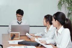 Groupe de personnes d'entreprise d'affaires asiatiques se réunissant dans la salle de conférence photographie stock