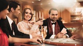 Groupe de personnes dans le casino Photographie stock libre de droits