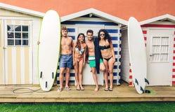 Groupe de personnes dans le maillot de bain ayant l'amusement dehors Photo libre de droits