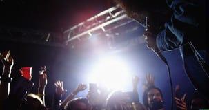 Groupe de personnes dansant tandis que chanteur exécutant à un concert 4k clips vidéos