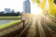 Groupe de personnes de concept brouillé s'exerçant en parc dans le morni Images stock