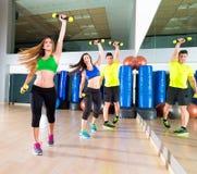 Groupe de personnes de danse de Zumba cardio- au gymnase de forme physique photographie stock