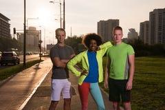 Groupe de personnes de portrait multi-ethnique sur pulser Photographie stock libre de droits