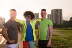 Groupe de personnes de portrait multi-ethnique sur pulser Images stock