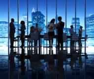 Groupe de personnes de silhouette lors de la réunion d'affaires photographie stock