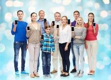 Groupe de personnes de sourire avec des smartphones Images libres de droits