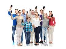 Groupe de personnes de sourire avec des smartphones Photographie stock
