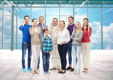 Groupe de personnes de sourire avec des smartphones Photo libre de droits
