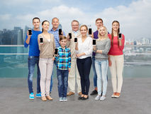 Groupe de personnes de sourire avec des smartphones Photo stock