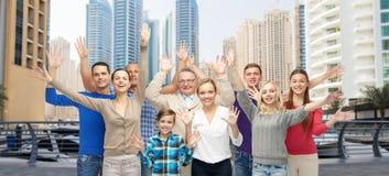 Groupe de personnes de sourire ayant l'amusement Photographie stock libre de droits