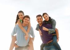 Groupe de personnes de sourire ayant l'amusement sur la plage Photos libres de droits