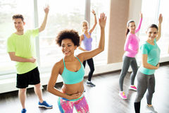 Groupe de personnes de sourire dansant dans le gymnase ou le studio Photos libres de droits