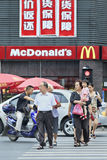 Groupe de personnes devant le débouché de MacDonald, Xiang Yang, Chine Photographie stock libre de droits