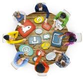 Groupe de personnes discutant au sujet du media social Image stock