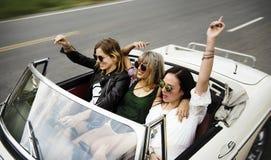 Groupe de personnes divers appréciant un voyage par la route et un festival Photo libre de droits