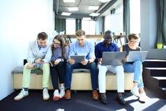 Groupe de personnes divers le concept se reposant de technologie d'unité de la Communauté Photo stock