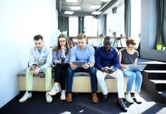 Groupe de personnes divers le concept se reposant de technologie d'unité de la Communauté Photo libre de droits
