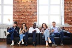 Groupe de personnes divers le concept se reposant de technologie d'unité de la Communauté Image stock