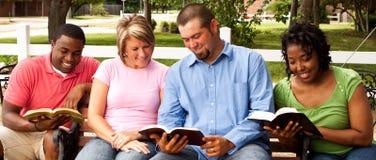 Groupe de personnes divers parlant et lisant Photographie stock libre de droits