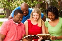 Groupe de personnes divers parlant et lisant Photos libres de droits